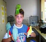 Bambino con pappagalli